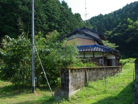 緑の中にひっそりと佇むブルーの屋根